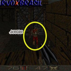 O inimigo mais sensacional é este, que também aparece na capa do jogo. O Joker. Apesar do nome, este inimigo é muito perigoso. Ele arremessa serras em formato de disco.