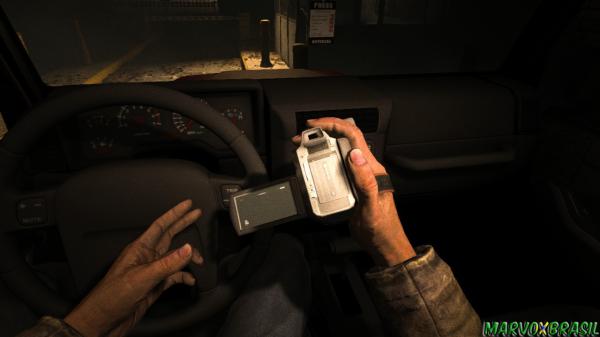 Na busca do próximo furo de reportagem, Miles segura sua única arma, a filmadora.