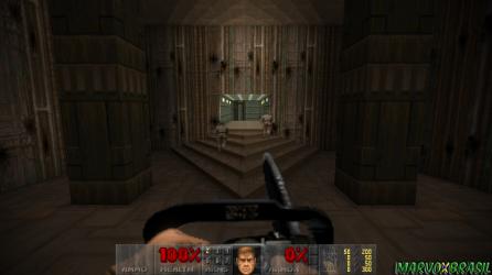 A serra-elétrica logo na primeira fase. Nos degraus da escada, soldados de costas para o jogador, o que incentiva estratégias furtivas mesmo que o gênero sequer estava ainda difundido.