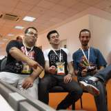 Eu no centro com Cyber Woo (Arquivos do Woo), e Tchulanguero (Vão Jogar!)